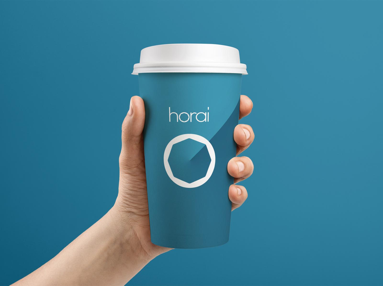 Horaiのロゴがプリントされた紙コップ